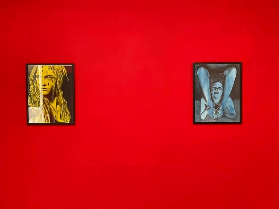 Deux oeuvres sur fond rouge